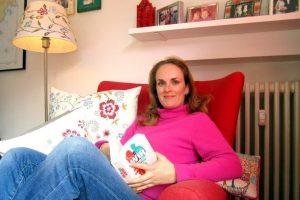 Miriam Covi im roten Lesesessel