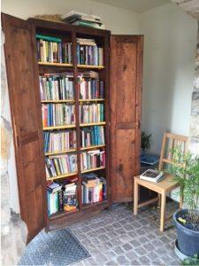öffentlicher Bücherschrank mit Stuhl